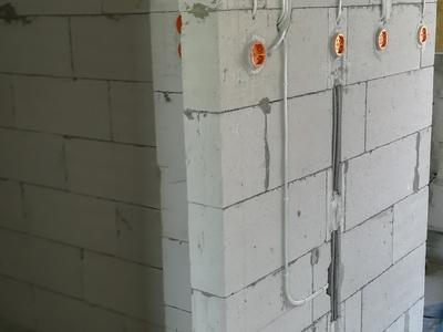 instalacja elektryczna doprowadzona do puszek