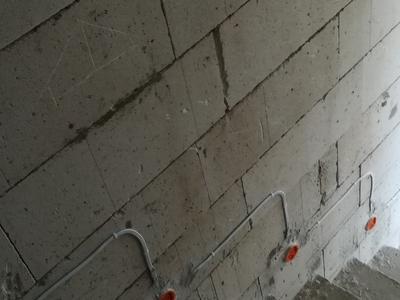 instalacja elektryczna poprowadzona po schodach