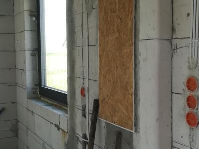 instalacja elektryczna przy oknach