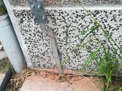 łączenie instalacji przy ziemi na ścianie domu